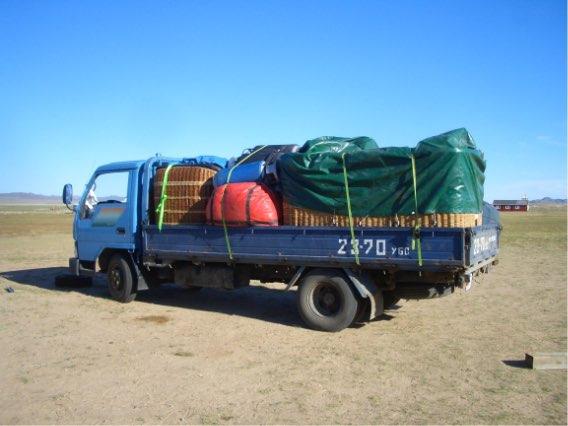 風がトーラ川向きの場合はトラックでフライト地点へ移動
