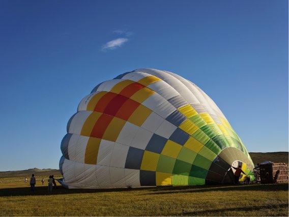 スタッフが気球を組み立てます