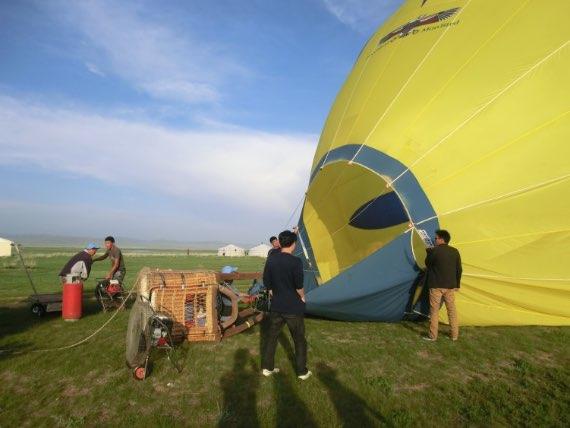 気球組み立て中